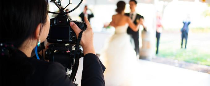 Видеооператор снмиает свадьбу