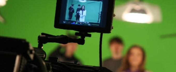 Видеооператор снимает на зелёном фоне