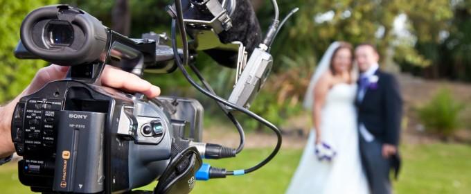 Видеооператор снимает свадьбу