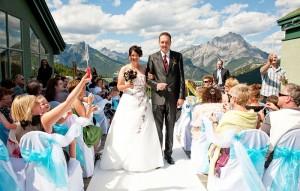 Видеограф снимает свадьбу