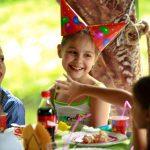 Детский видеооператор снимает день рождения