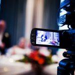 Оператор снимает свадебное видео