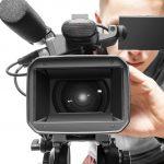 Видеооператор снимает видео