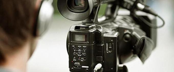 Оператор снимает на видеокамеру
