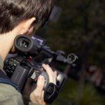 Видеооператор снимает природу